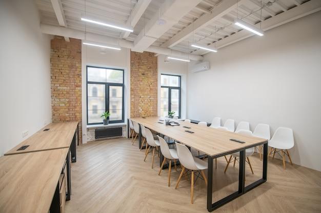 Foto di una sala riunioni con un lungo tavolo