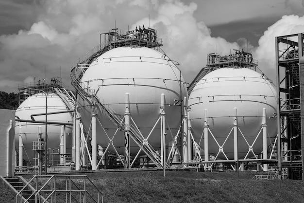 Foto serbatoi di propano sferici bianchi monocromatici contenenti gasdotto.