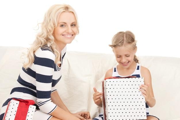 Foto di mamma e bambina con regali