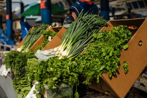Foto di cipolle, prezzemolo, aneto, tutte le erbe verdi per insalata in vendita