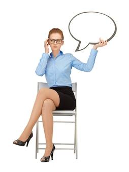 Immagine di una donna d'affari pensierosa con una bolla di testo vuota nelle specifiche