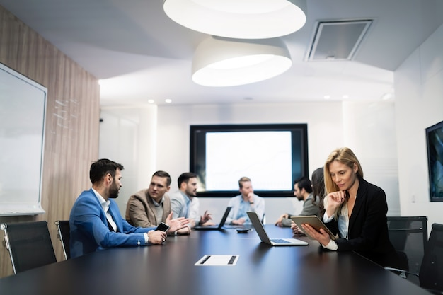Immagine di persone che hanno una riunione di lavoro nella sala conferenze