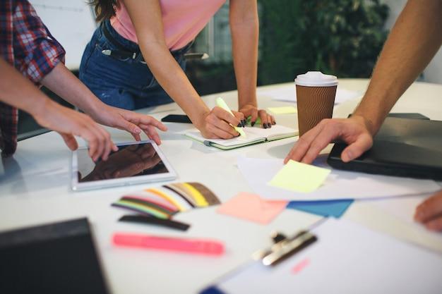Immagine di persone che lavorano insieme a un tavolo.