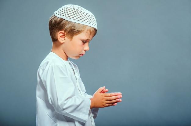 Immagine di pregare ragazzo mediorientale.