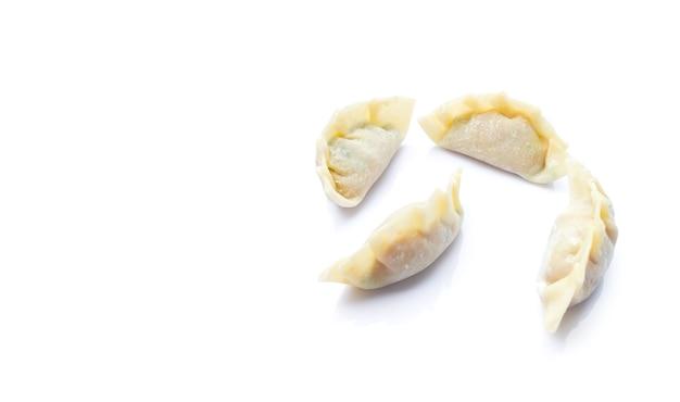 Immagine di gnocchi crudi o gyoza isolati su sfondo bianco