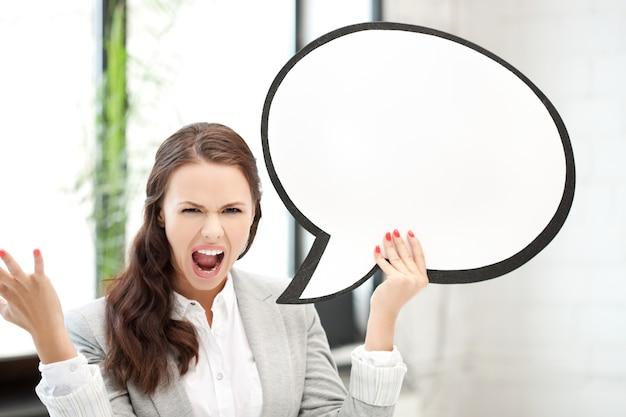 Foto di una donna d'affari che urla con una bolla di testo vuota Foto Premium