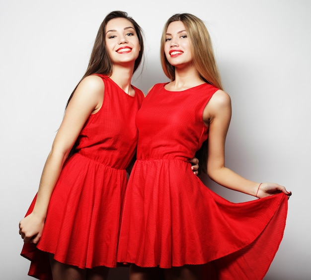 Immagine di ragazze sensuali in abito rosso su sfondo bianco