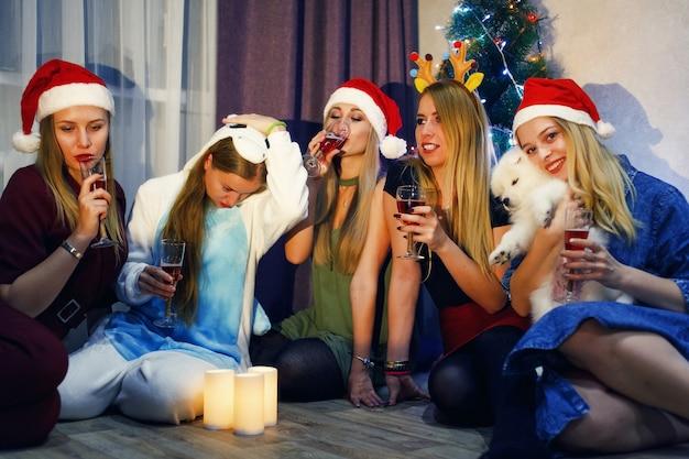 Immagine che mostra i migliori amici che festeggiano il nuovo anno