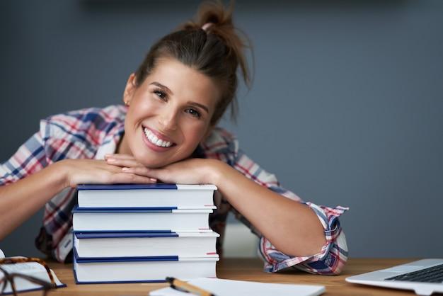 Immagine che mostra una studentessa che impara a casa
