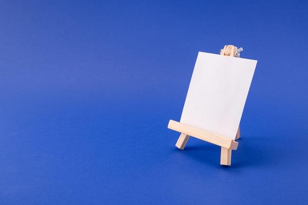 Immagine di una piccola scheda di classe di carta in copyspace con cornice in legno