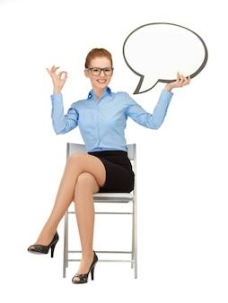 Foto di una donna d'affari sorridente con una bolla di testo vuota nelle specifiche