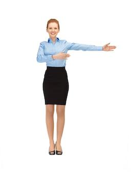 Foto di hostess sorridente che mostra la direzione