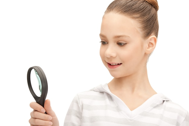 Foto di ragazza adolescente con lente d'ingrandimento
