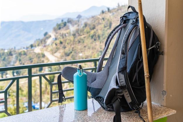 Immagine di zaino da trekking e bottiglia di metallo per l'acqua. viaggi, trekking, concetto di escursionismo. foto d'archivio