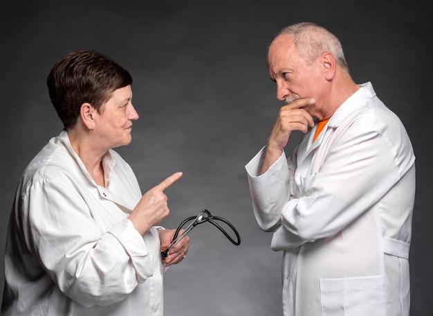 Foto di due medici senior