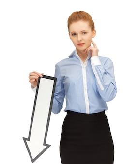 Foto di una donna infelice con il segno della freccia di direzione