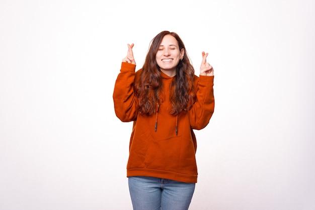 Immagine di una donna che tiene le dita incrociate e spera che i suoi sogni diventino realtà