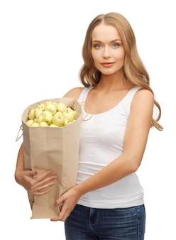 Foto di donna con borsa della spesa piena di mele