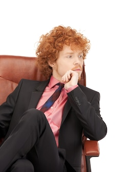 Foto di un giovane uomo d'affari seduto su una sedia Foto Premium