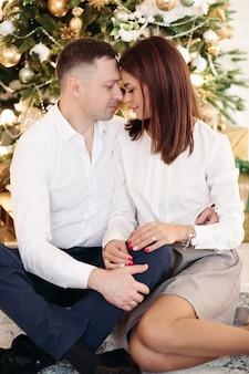 Foto di un bel ragazzo con i capelli corti e scuri che abbraccia la moglie