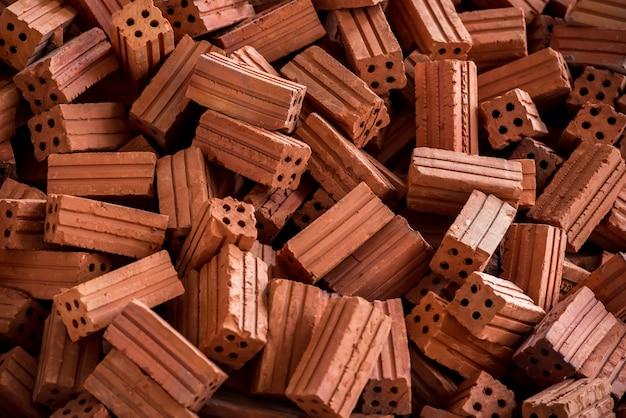 Immagini di pile di mattoni o pile di mattoni di argilla realizzate con materiali argillosi arancioni per creare un'immagine di sfondo perfetta per le iscrizioni sui graffiti.