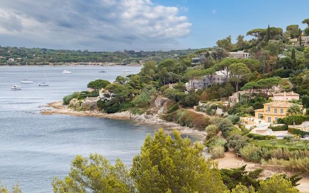 Pittoresca costa della riviera francese con lussuose ville e yacht saint tropez francia
