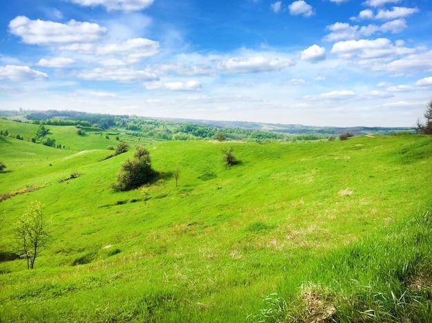 Pittoresco paesaggio collinare con cielo nuvoloso blu brillante