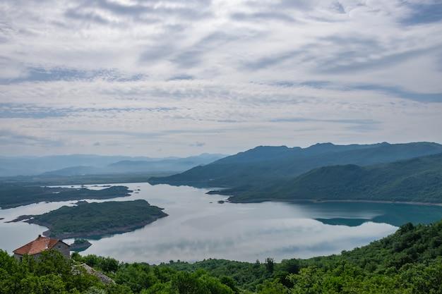 Pittoresco lago con acqua limpida in montagna.