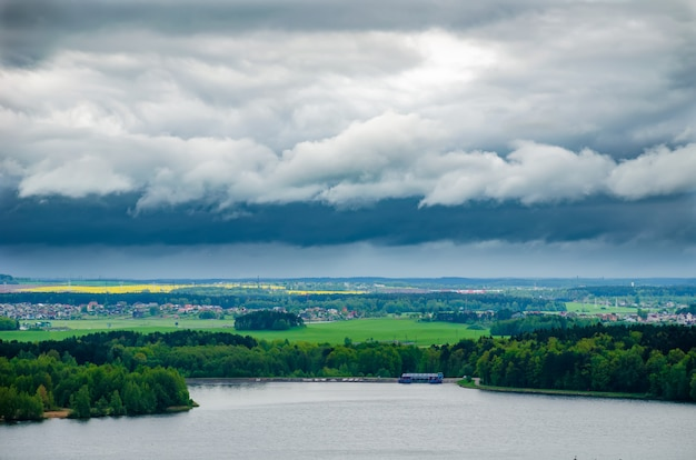 Pittoresco grande bacino idrico di minsk drozdy in bielorussia.