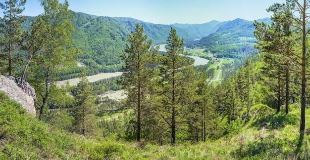 Pittoresca valle di montagna, fiume katun, altai. viaggio estivo.