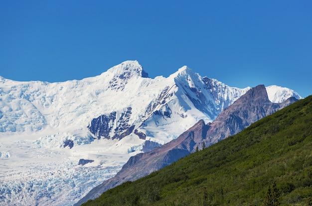 Pittoresche montagne dell'alaska in estate. massicci innevati, ghiacciai e picchi rocciosi.