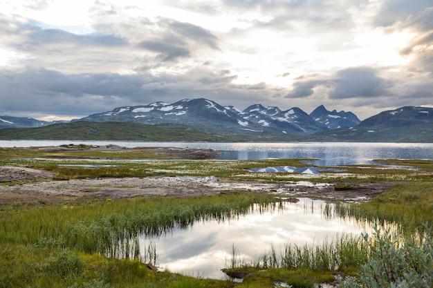 Pittoreschi paesaggi montani della norvegia
