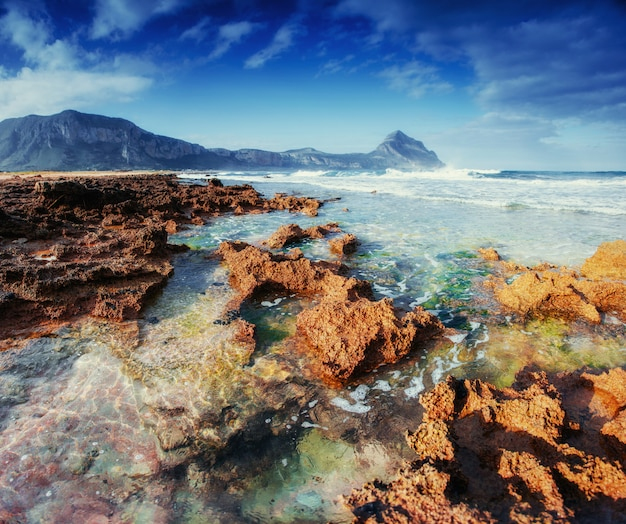 Pittoresca costa rocciosa. fantastica vista sulla riserva naturale de