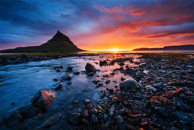 Il pittoresco tramonto su paesaggi e cascate.