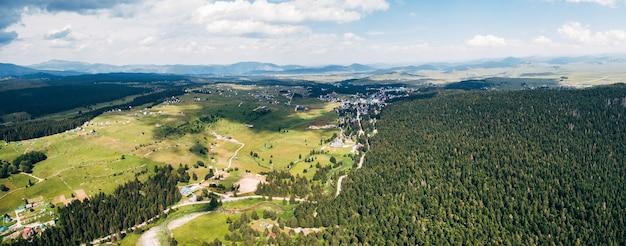 Pittoresca vista dall'alto della foto del drone del paesaggio della natura