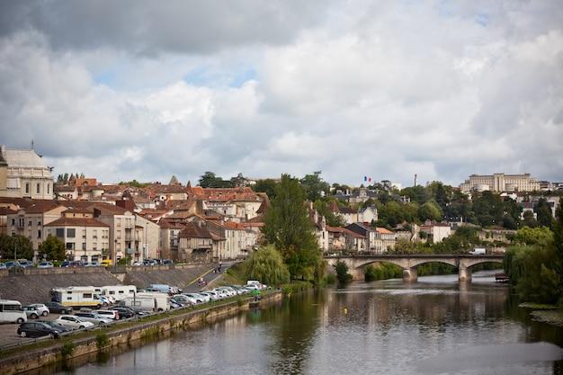 Vista pittoresca della città di perigueux in francia. paesaggio con il fiume vezere