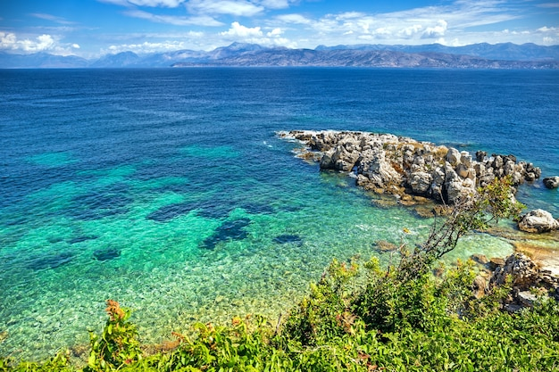 Vista pittoresca delle acque turchesi del mar ionio dall'isola di corfù in grecia