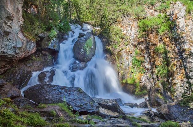 Pittoresca cascata in una gola selvaggia in una mattina d'estate