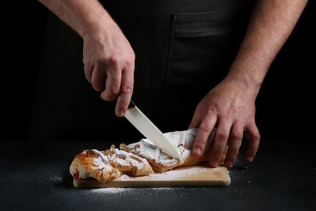 Torta tagliata su sfondo scuro