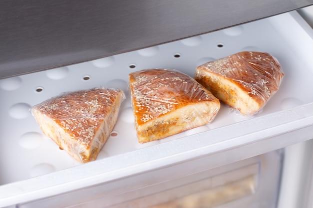 Incarto di torta o torta in un sacchetto pronto per essere congelato per un uso successivo alimenti surgelati