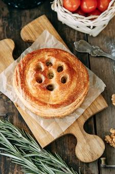Torta con pollo e funghi di pasta sfoglia. torte tagliate a metà primo piano.