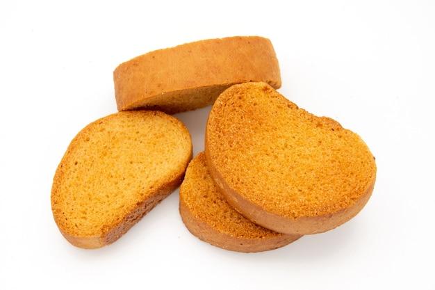 Un pezzo di biscotto di pane nero isolato