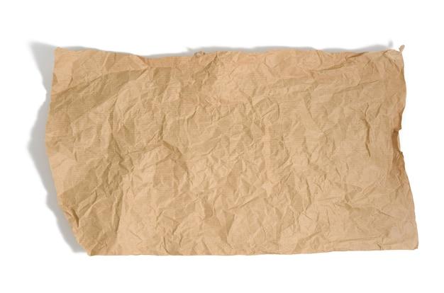 Pezzo di carta pergamena marrone con bordi strappati isolati su sfondo bianco, elemento per designer