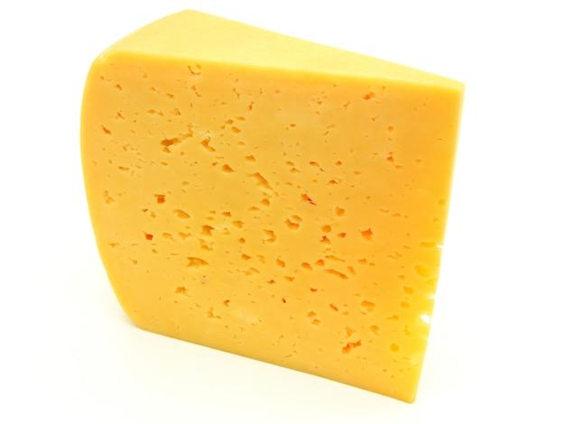 Pezzo di formaggio isolato
