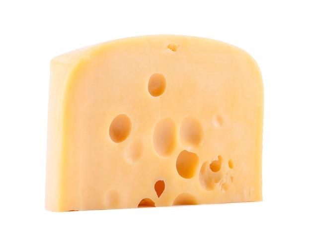 Pezzo di formaggio con grandi fori di colore giallo su sfondo bianco isolato
