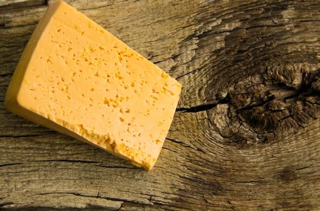 Pezzo di formaggio sullo sfondo di legno