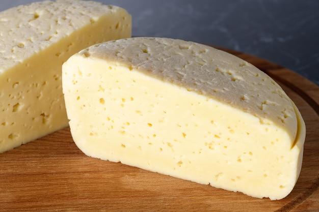 Pezzo di formaggio su tavola di legno. prodotti fatti in casa