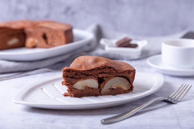 Pezzo di torta al cioccolato con pera.