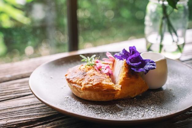 Un pezzo di torta al cocco con una bella decorazione in un piatto