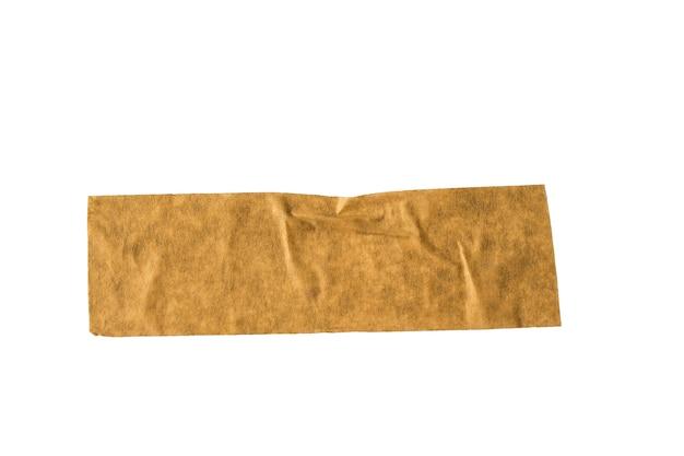 Un pezzo di nastro adesivo da imballaggio giallo sgualcito isolato su una superficie bianca
